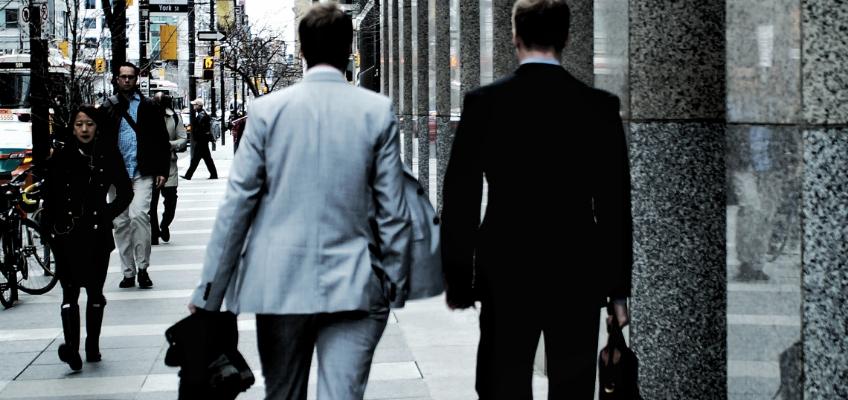 Zwei Männer gehen die Straße entlang