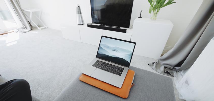 Laptop auf Wohnzimmercsofa
