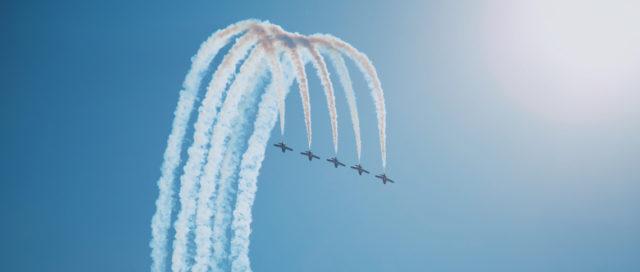 Fünf Flugzeuge am Himmel