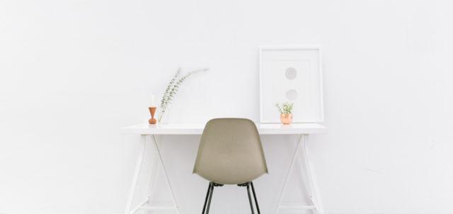 Stuhl und Schreibtisch