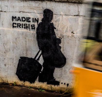 Schriftzug Made in Crisis auf Wand
