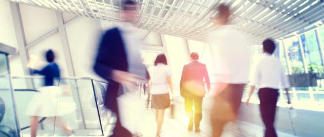 Mehrere Personen auf Büroflur