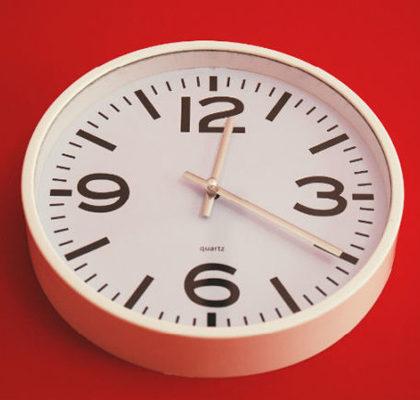 Uhr zeigt 20 nach 12 an