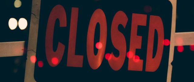 Schild mit Schriftzug Closed