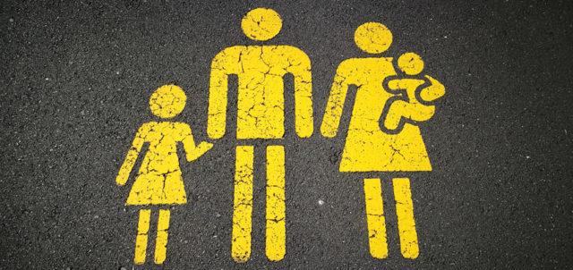 Bild von Vater, Mutter, Kind auf Asphalt gemalt