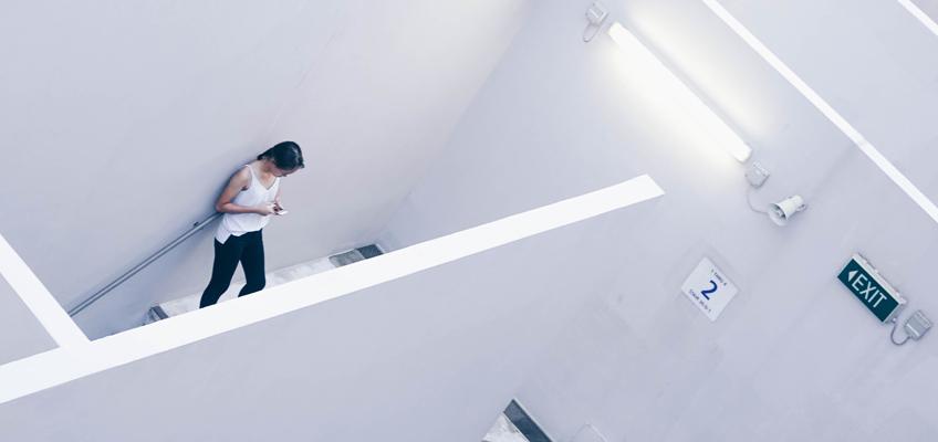Frau im Treppenhaus
