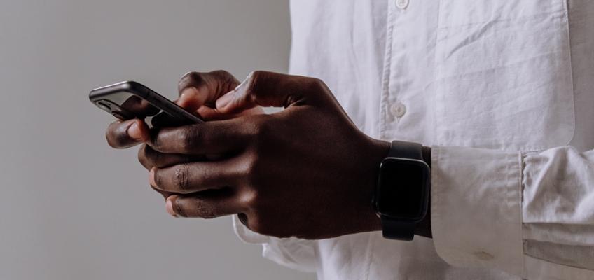 Mann mit Handy in den Händen